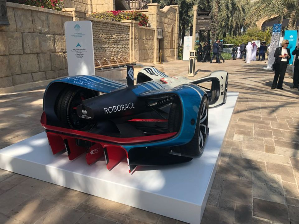 بالصور: أول سيارة سباق كهربائية ذاتية القيادة بالعالم في دبي