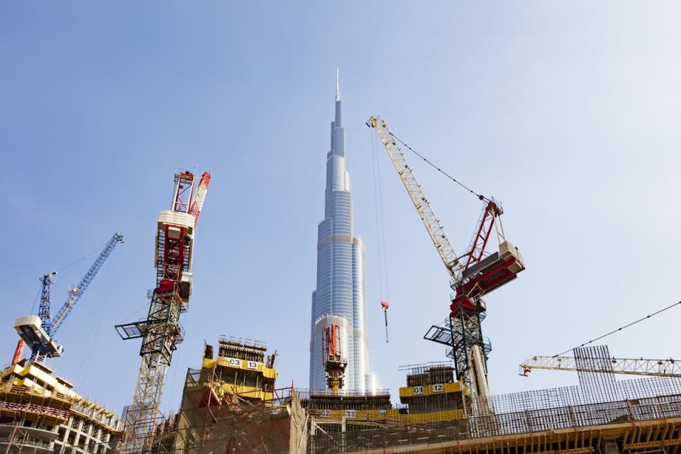 دبي ترفع الطلب على رافعات البناء 20%
