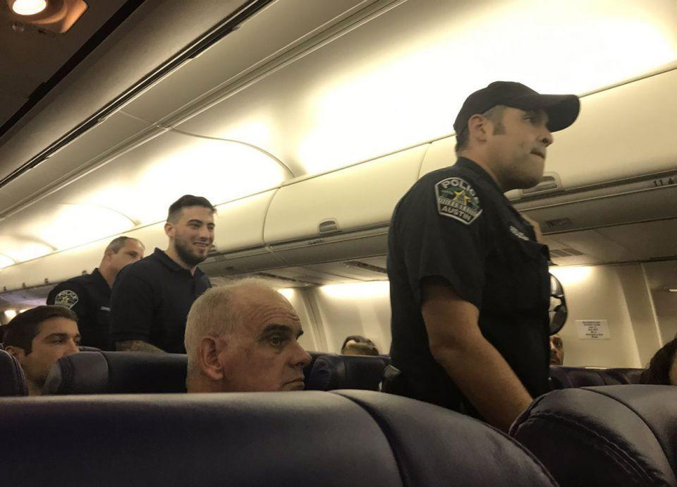 بسبب تحدثه العربية.. شركة أمريكية تنزل مسافرا من الطائرة بطريقة مهينة