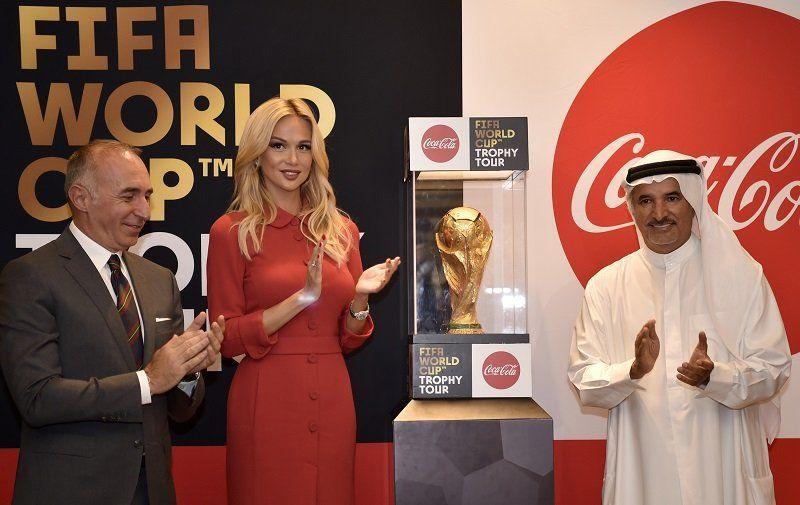 كأس العالم تصل إلى دبي في إطار جولتها العالمية