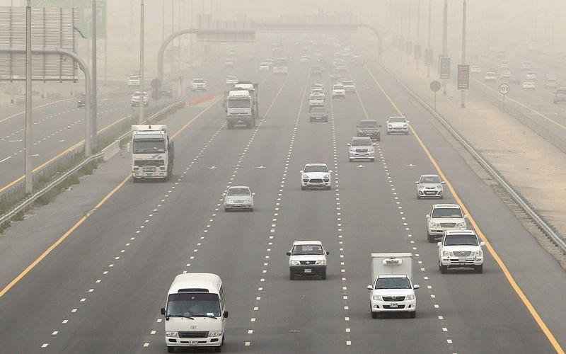 تحذير من تدني الرؤية بسبب الغبار والأمطار في الإمارات