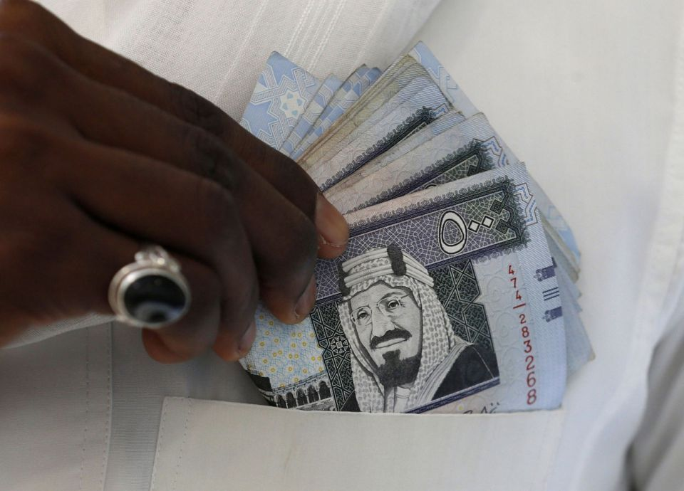 كم يبلغ متوسط الأجر الشهري للسعوديين؟