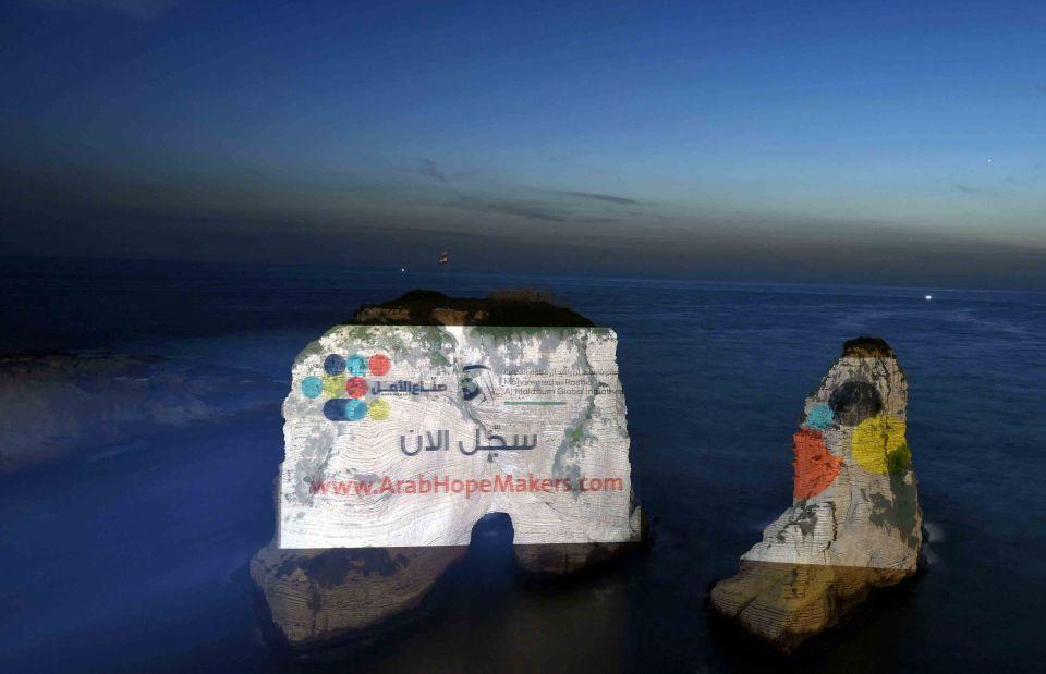 بالصور... مبادرة صناع الأمل تضيء صخرة الروشة في بيروت