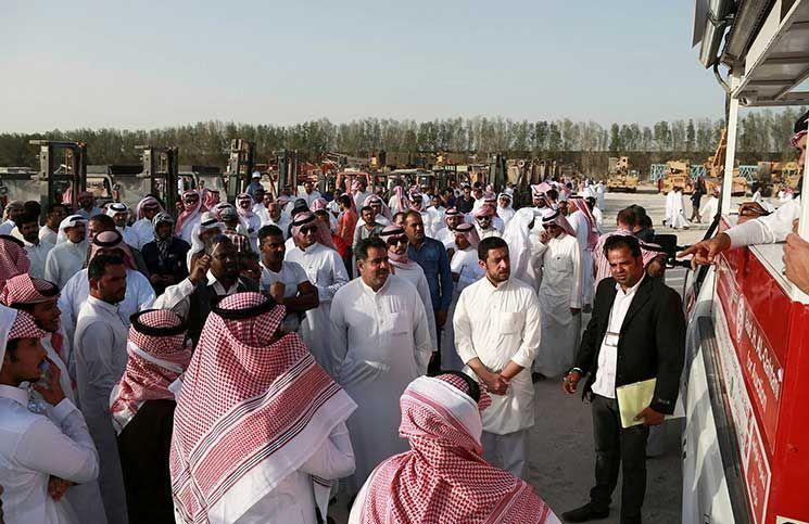 الآلاف يتدفقون على مزاد لبيع مركبات يملكها الملياردير السعودي معن الصانع