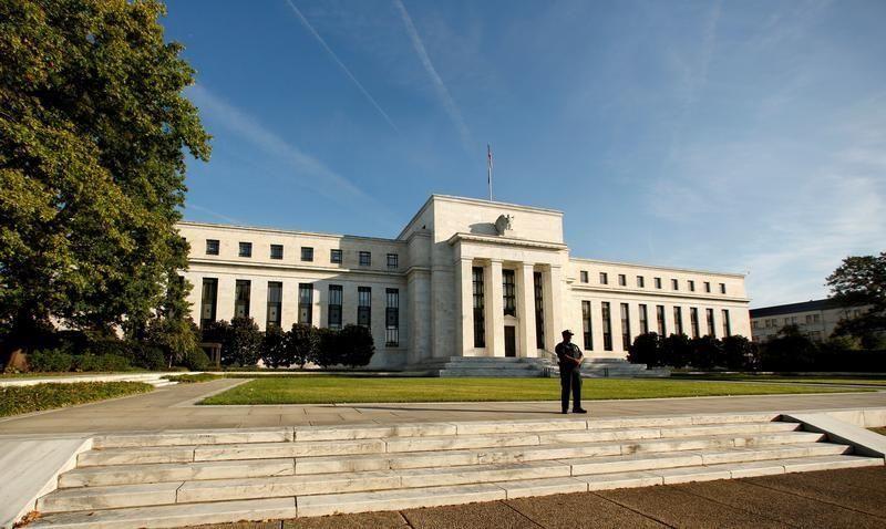 المركزي الأمريكي يرفع أسعار الفائدة ويلمح إلى ثقته في قوة الاقتصاد