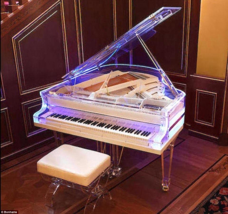 بالصور.. بيانو كريستالي و400 قطعة أرض في مزاد مقتنيات الملياردير وليد الجفالي