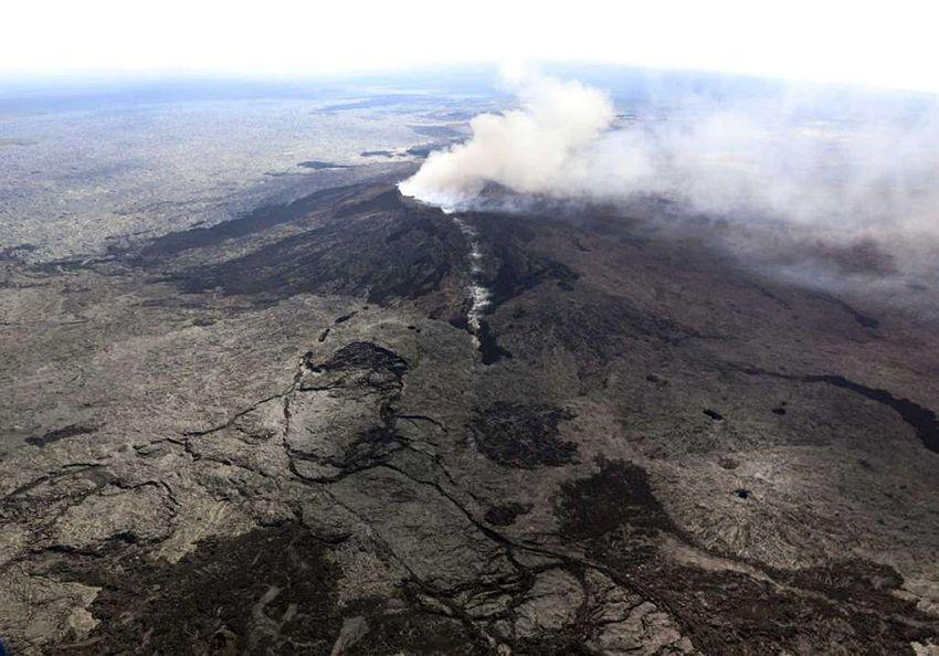 بالصور: الحمم تتدفق بعد ثوران بركان في هاواي