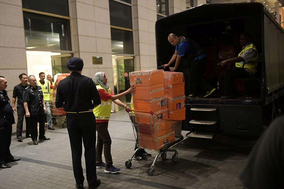 ضبط 72 حقيبة يدوية فاخرة مليئة بالاموال والمجوهرات في منزل رئيس وزراء ماليزيا السابق