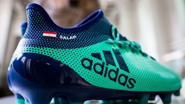 بالصور: حذاء صلاح ينضم إلى الأثار الفرعونية في المتحف البريطاني