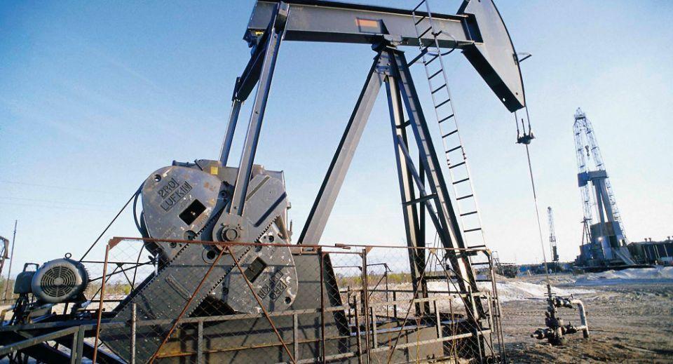 النفط يهبط مع نمو الإنتاج الأمريكي ودراسة أوبك لزيادة الإمدادات