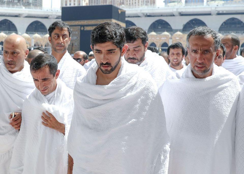 صور... ولي عهد دبي يؤدي مناسك العمرة