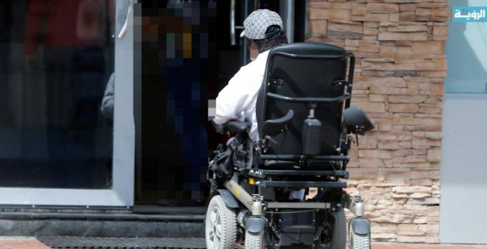 دبي: شاب يشارك بسباقات الشوارع يخاطر مجددا رغم شلل قدميه بحادث سابق