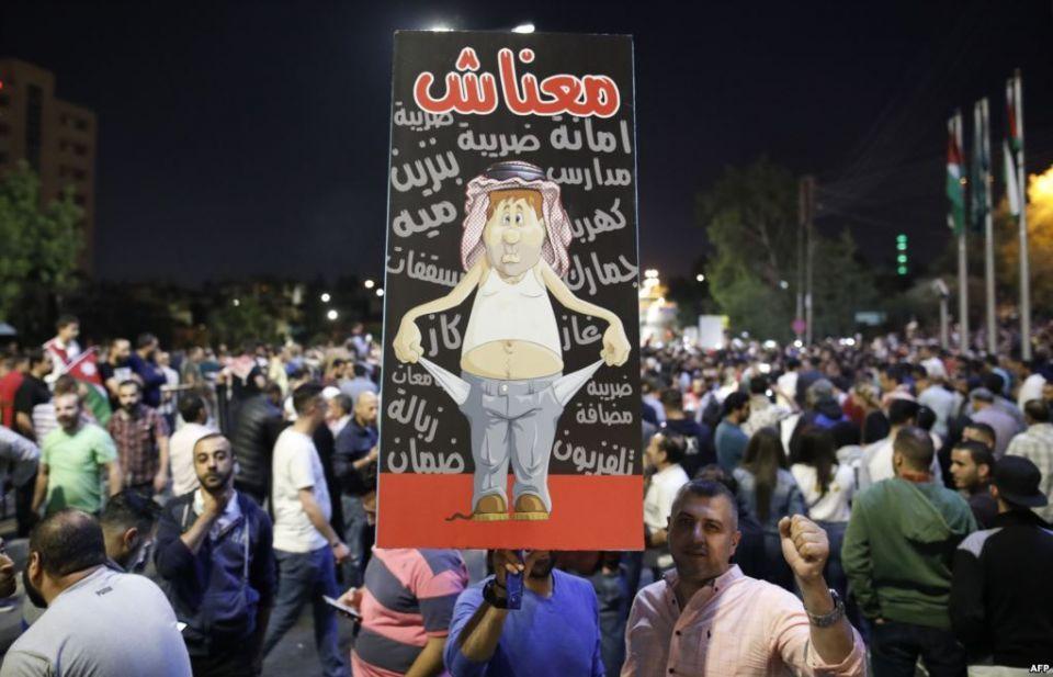 أردنية تطالب عمر الرزاز بإلغاء قانون الضريبة لإعادة «أطباق طعامها»