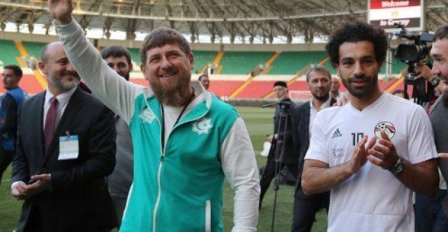 فيديو: محمد صلاح يغيب عن أول تمرين.. ورئيس الشيشان يحضره إلى الملعب