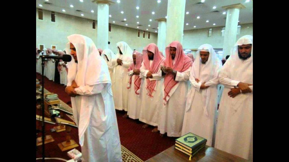 عذوبة صوت إمام سعودي تجذب المصلين من كل مدينته