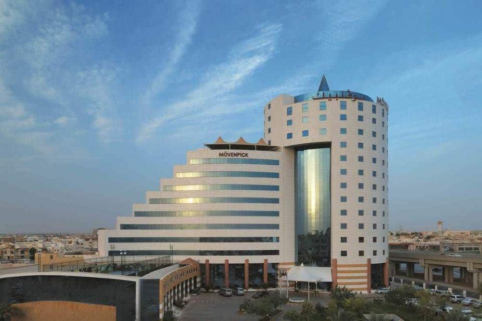 قصة فيديو رمي أموال من مشهور على نزلاء فندق بالسعودية