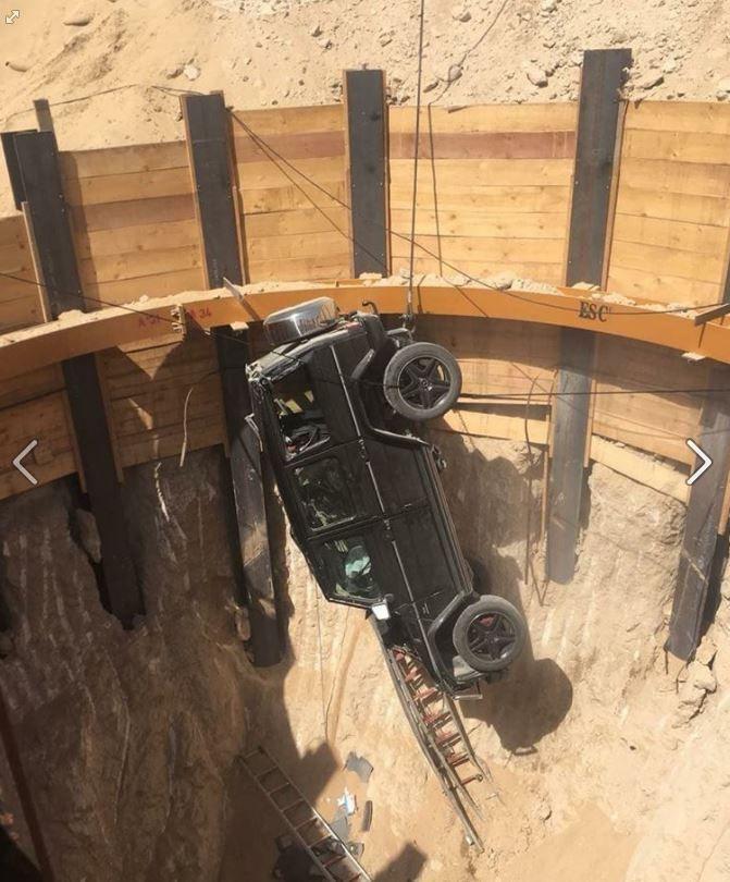 بالصور...مدني دبي ينقذ شخصاً سقطت سيارته في حفرة عميقة