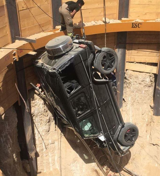 دبي:  انقاذ شخص سقطت سيارته في حفرة عمقها حوالي 15 متراً ب
