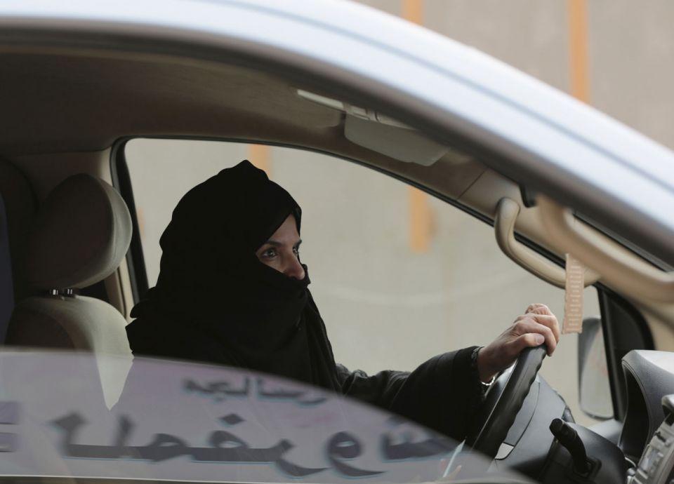مطالبة السعوديات بأربعة أمور مهمة قبل قيادة السيارات