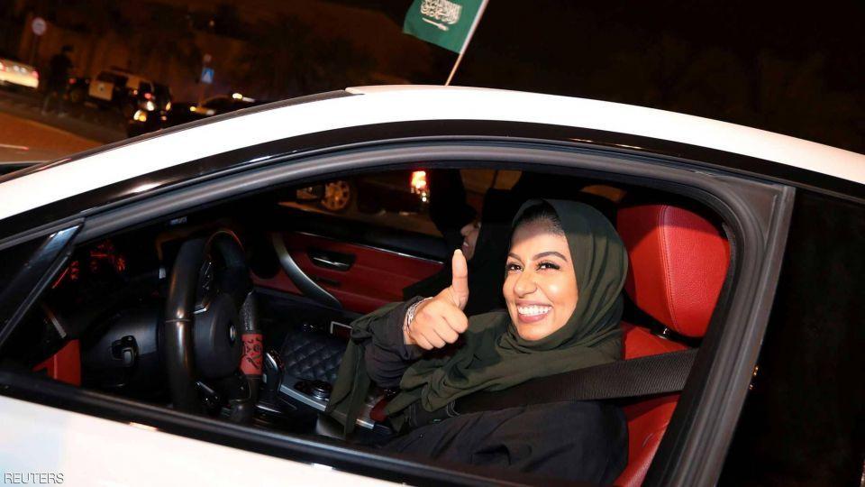 سعوديات يتوجهن للوحات المميزة بعد قيادتهن للسيارات
