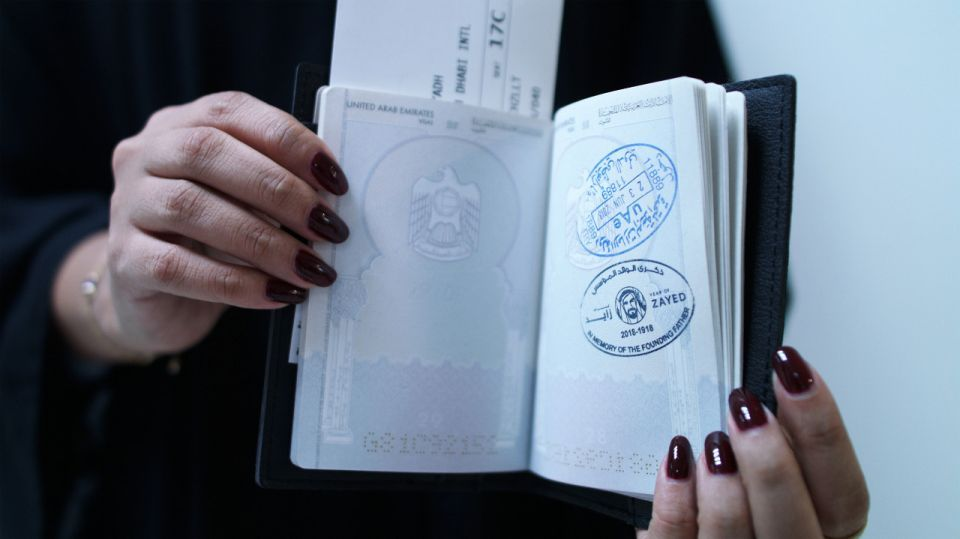 أختام جديدة لجوازات المسافرين عبر مطار أبوظبي تحمل شعار «عام زايد»