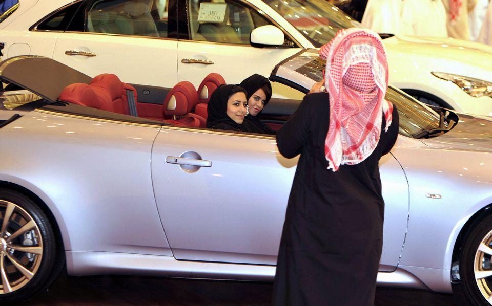 متى اتخذ ولاة الأمر قرار السماح للمرأة بقيادة السيارة في السعودية؟
