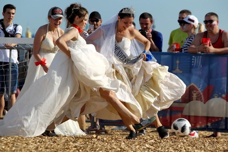 فيديو... روسيات بثياب الزفاف في أغرب مباراة!