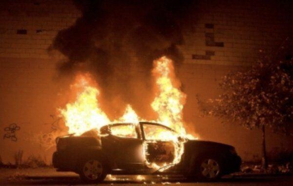 القبض على مشتبه بهم بحرق سيارة امرأة في السعودية