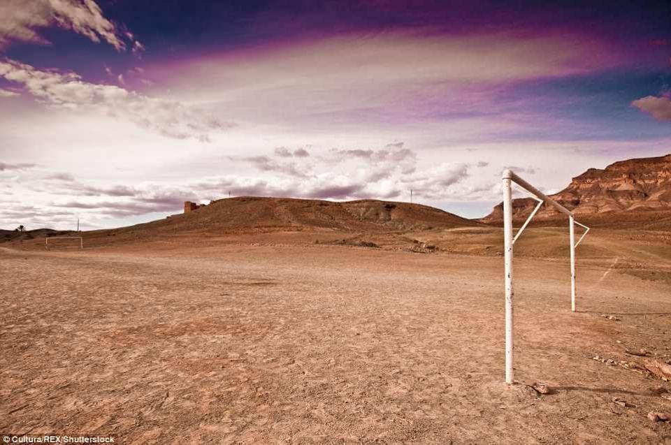 بالصور: ملاعب كرة القدم الأكثر غرابة في العالم