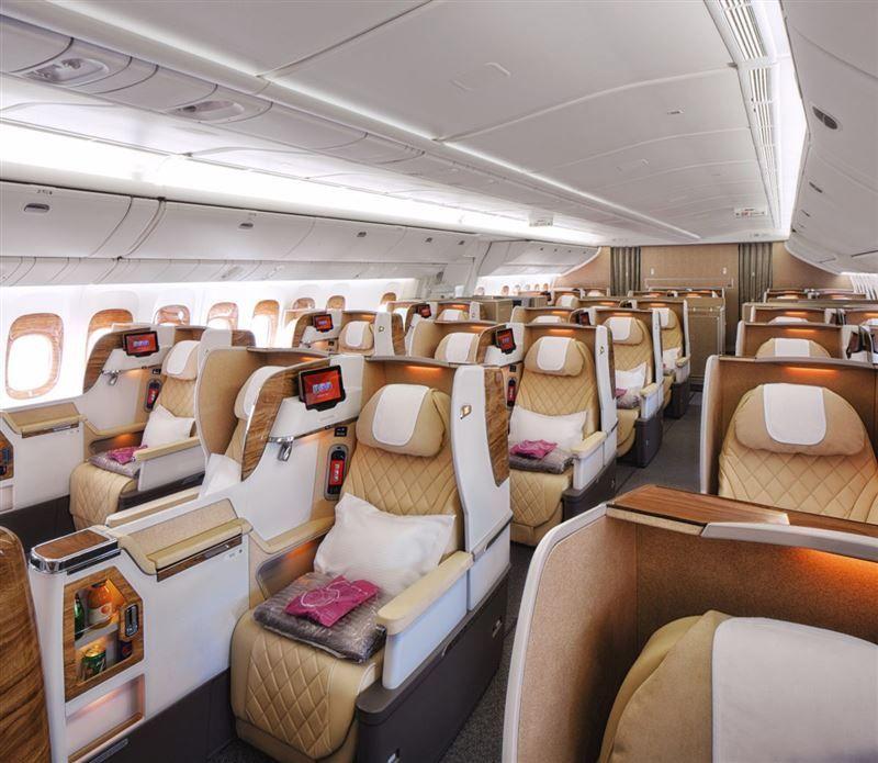 بالصور.. فريق الهندسة في الإمارات يغيّر التصميم الداخلي لطائرة «بوينج»