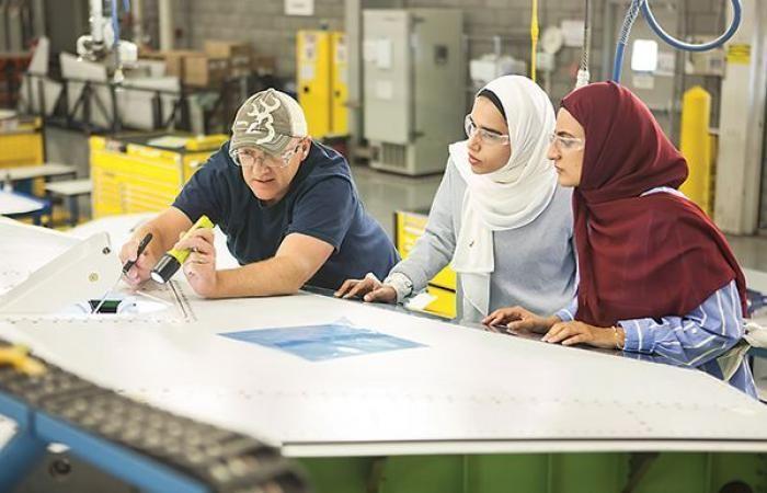 مهندستان إماراتيتان تكملان أول برنامج تدريبي في «بوينغ»