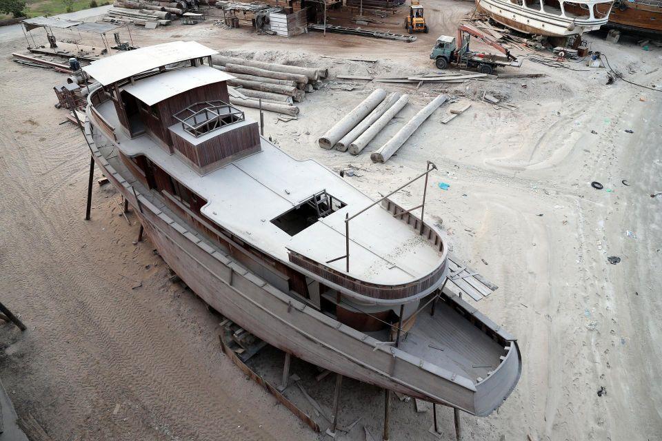 بالصور: صانع سفن إماراتي يبني أضخم سفينة شحن خشبية في العالم