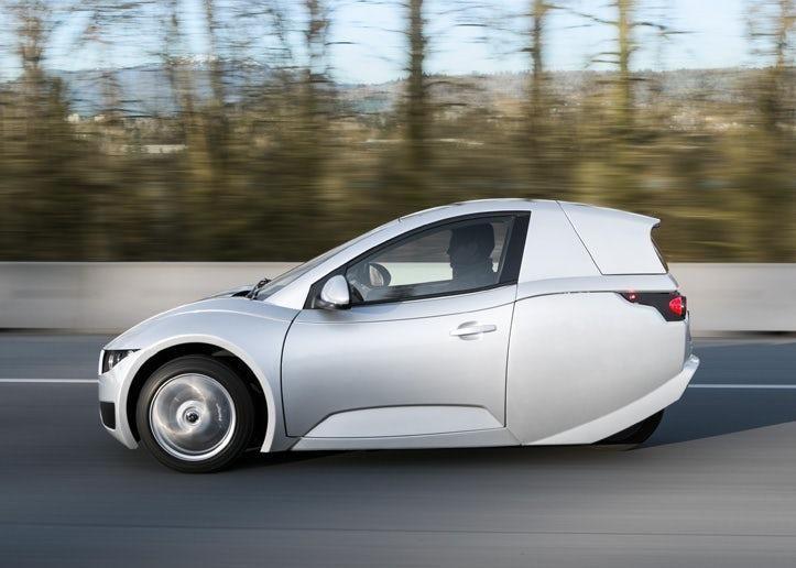 بالصور: أول سيارة كهربائية بثلاث عجلات تدخل خط الإنتاج