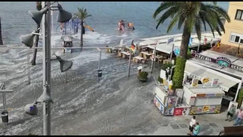 شاهد موجة تسونامي تضرب السياح في شاطئ مايوركا الإسبانية