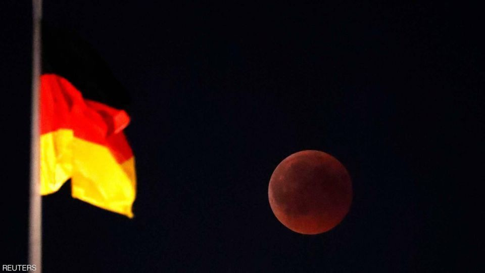 بالصور: القمر الدموي حول العالم