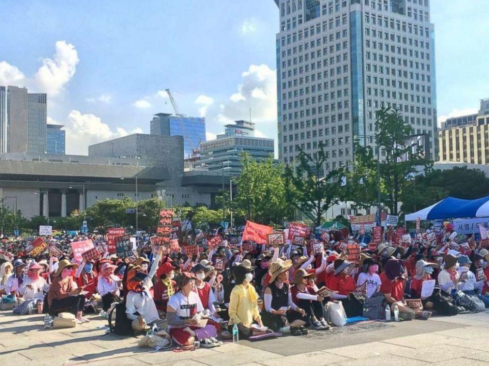كاميرات التلصص على النساء الكوريات تدفعهن لاحتجاجات عارمة بعد تسببها بحالات انتحار