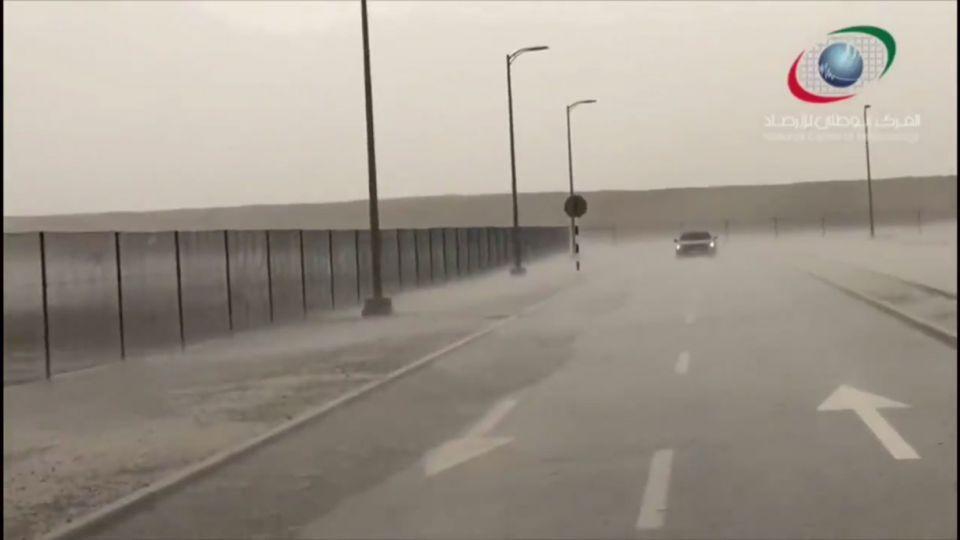 هطول أمطار في مناطق من الإمارات العربية المتحدة