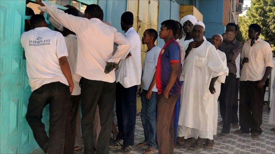 السودانيون يعانون من نقص الخبز مع تفاقم أزمة العملة الأجنبية