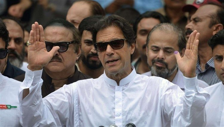 انتخاب بطل الكريكت عمران خان رئيساً للوزراء في باكستان