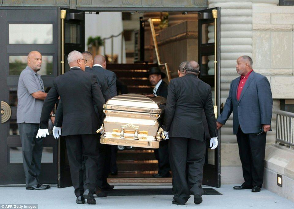 بالصور: تابوت ذهبي وأناقة تامة لجثمان إريثا فرانكلين