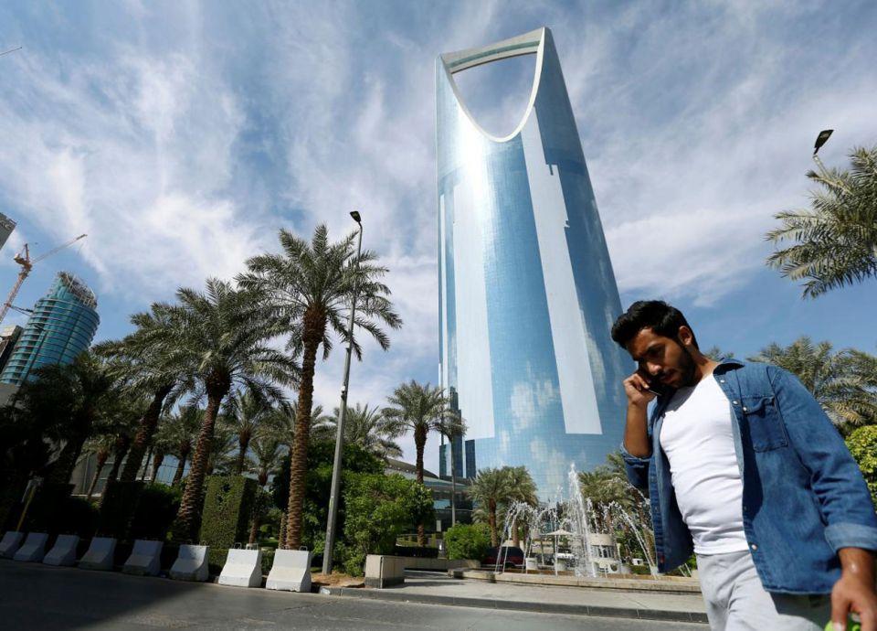 كم عدد الأجانب المشتغلين في التجارة الداخلية بالسعودية؟