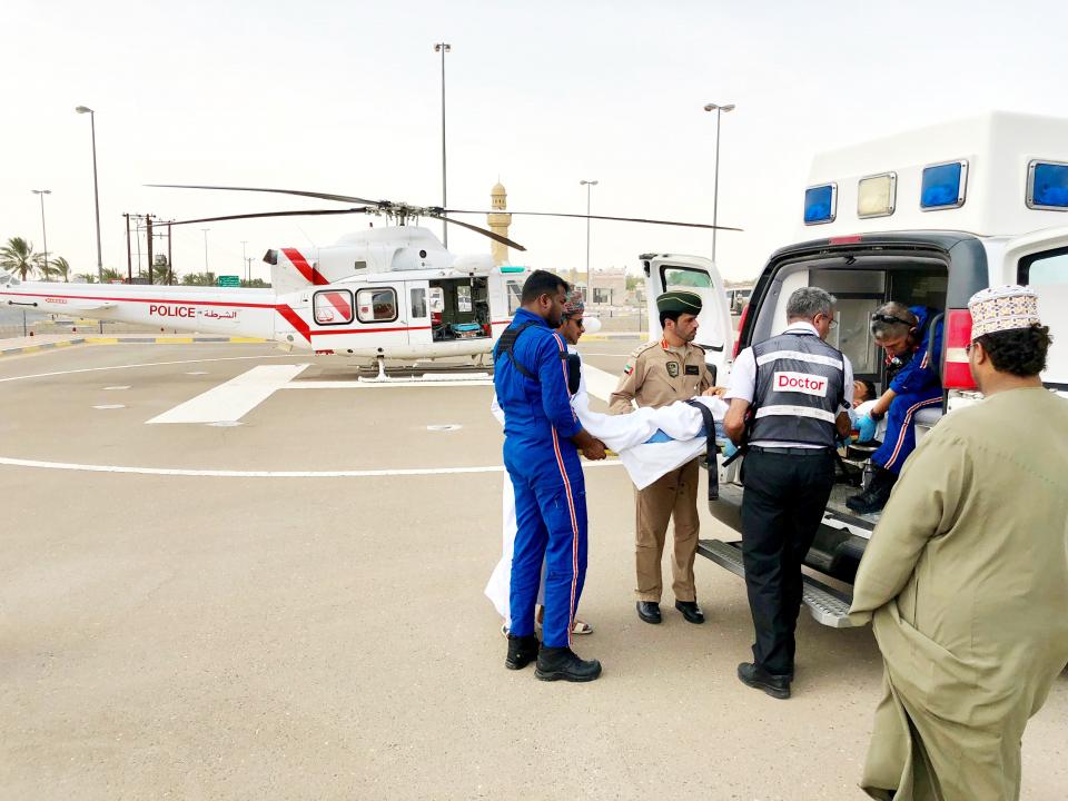 شرطة دبي تنقل مصاباً من سلطنة عمان إلى مستشفى راشد