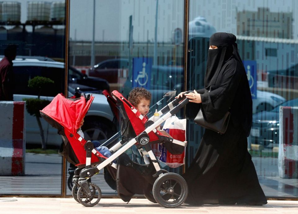 الجوازات السعودية: ربط تجديد إقامة أبناء الوافدين الصغار بالبصمة وجواز السفر المستقل