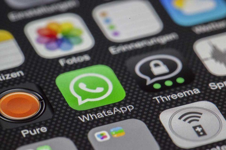 خلف الحبتور «على شركات الاتصال في الإمارات رفع الحظر عن مكالمات واتساب»