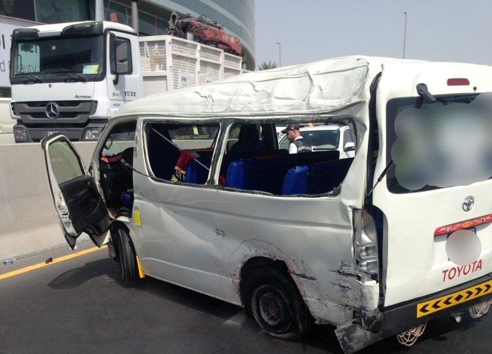 دبي:  انفجار إطار  يتسبب بوفاة شخصين وإصابة 5 في حادث مروري