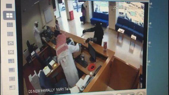 فيديو: القبض على أردني سطا على بنك كويتي بزي منقبة