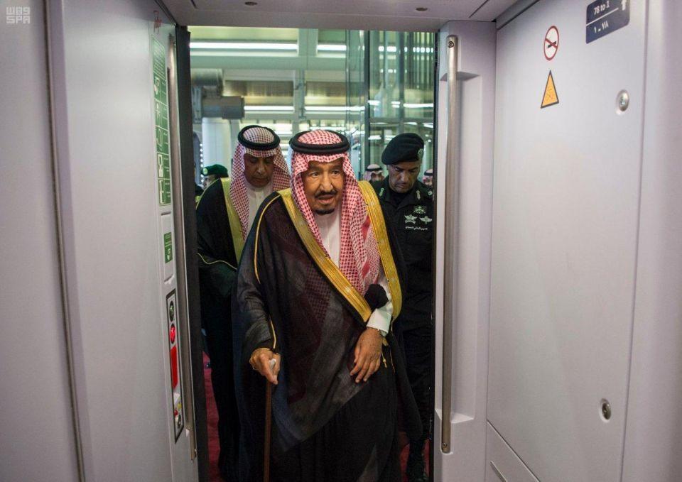 فيديو: العاهل السعودي يفتتح مشروع قطار الحرمين السريع
