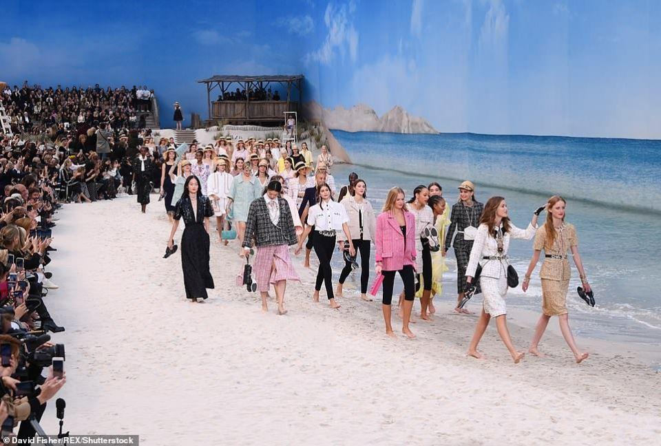 """شاهدي عارضات الأزياء حافيات في أزياء الربيع من شانيل """"على البحر"""""""