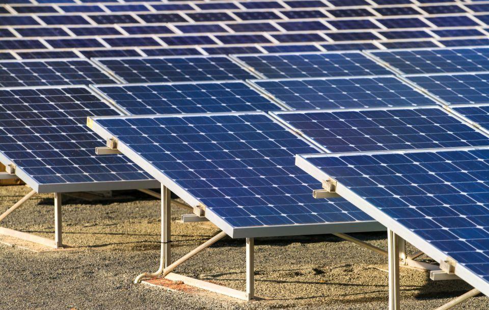 مشاريع الطاقة الشمسية في الشرق الأوسط قد تتكبد تكاليف ومخاطر أعلى