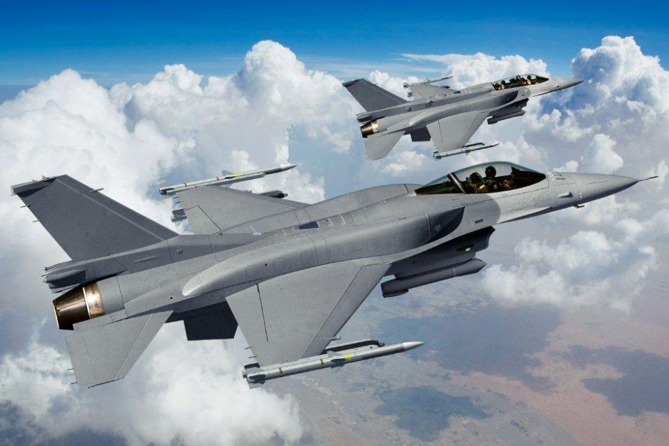 أمريكي يُجبر مقاتلتين هولنديتين على مواكبة طائرة ركاب قادمة من أبوظبي